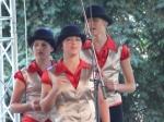 tri mladé spievajúce dievčatá