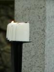 na svietniku horia sviečky