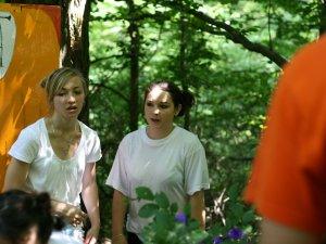 Dve dievčatá hrajú divadlo