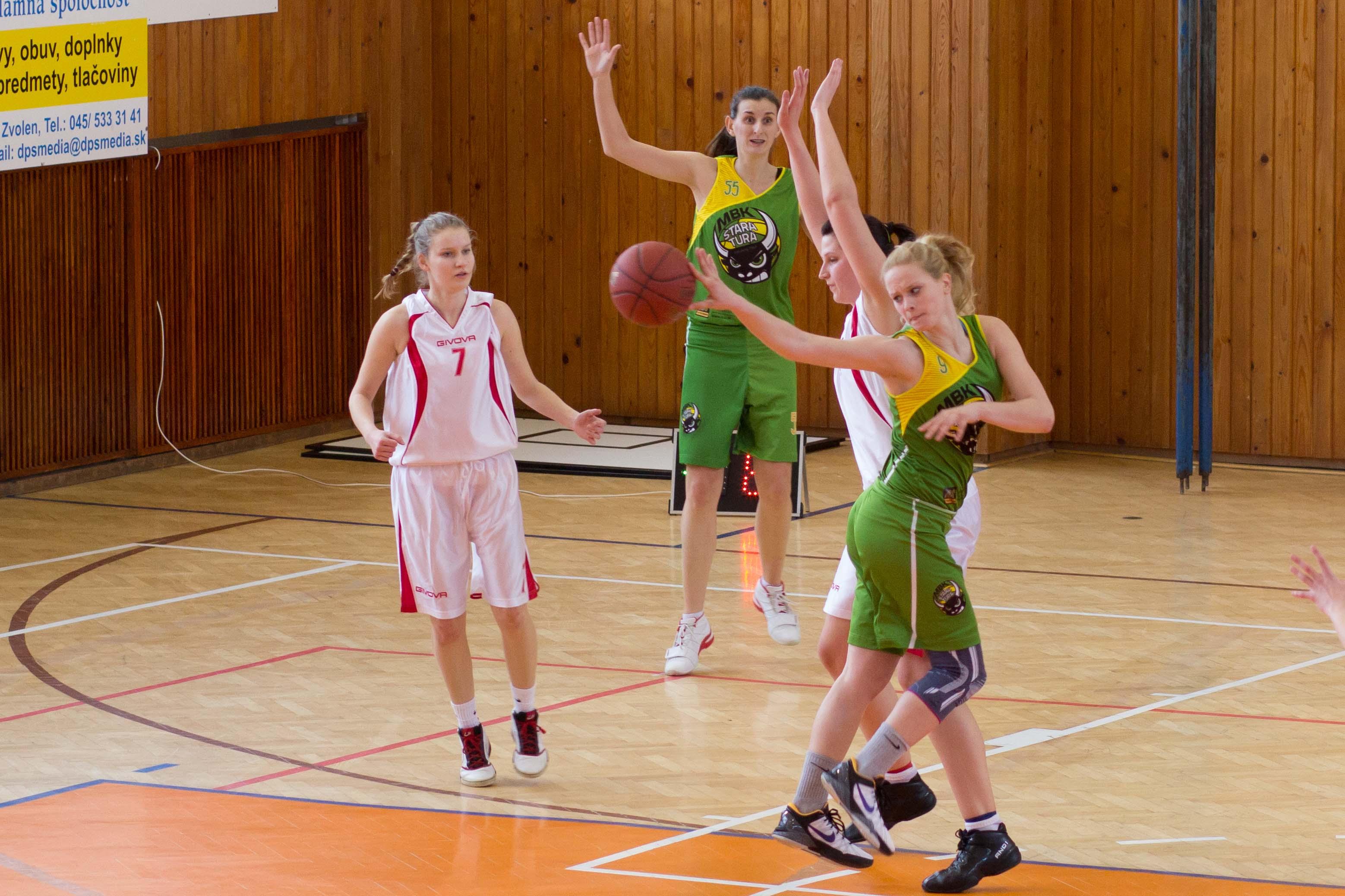 bk-zs-zvolen-mbk-stara-tura-2013-zeny-basketbal-17