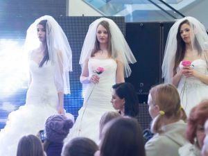 mladé dievčatá vo svadobnom na predvádzacom móle