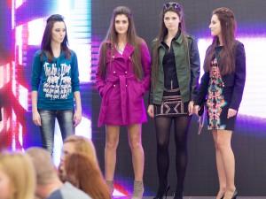 mladé dievčatá na predvádzacom mole