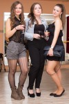 tri pekne mlade dievcata