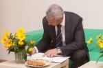 primator mesta sa podpisuje do knihy