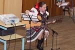 dievca v kroji hra na gitare