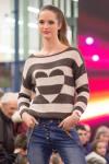 dievca v elegantnom svetri