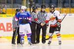 podavanie pred zapasom v zenskom hokeji