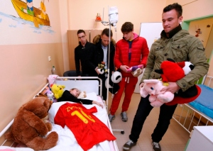 futbalisti MFK Lokomotíva obdarovávali detičky plyšákmi