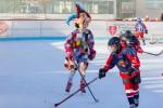 dievca hrajuce hokej v kostyme