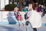 hraci v kostymoch hraju hokej