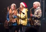 dievcata hrajuce na saxofonoch