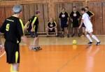 muzi hraju futbal v hale
