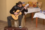 chlapec hra na gitaru