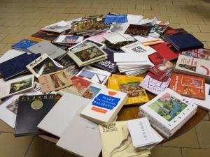 plno knih na stole