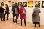 ludia si pozeraju obrazy v galerii