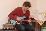 chlap hra na elektricku gitaru