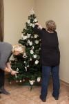 dokoncovanie ozdobenia vianocneho stromceka