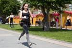 mladé dievča beží so šálkou Lucia Fryčová