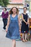 mladá žena predvádza pekné šaty
