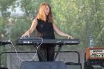 pekná slečna hrá na klávesoch