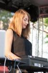 mladá brunetka hrá na klávesoch