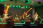 osemčlenná džezová kapela na pódiu