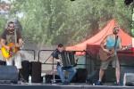 trojica hudobníkov na pódiu
