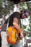 muž hrá na gitare