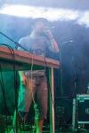 mladí chalan spieva do mikrofónu