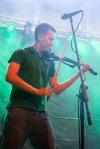 chlapec hrajúci na husliach