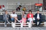 5 ľudí sedí vedľa seba