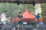 traja chlapci hrajú na gitarách