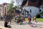 deti sa hrajú pri preliezačke