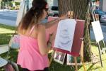 dievča maľuje obraz