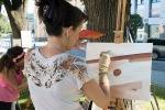 žena maľuje obraz
