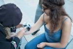 striekanie farbou na ruku mladého dievčaťa