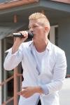 chlapec spieva na pódiu
