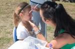 dievča maľuje na tvár