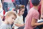 dieťa má na hlave chrániče sluchu