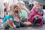 deti pozerajú divadelné predstavenie