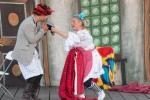 muž a žena sa naťahujú o čiapku