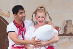 muž a žena držia bábätko