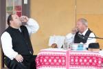 dvaja muži pijú pálenku