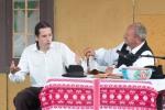dva muži debatujú za stolom