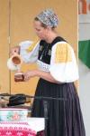 žena leje vodu do hrnčeka