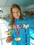 dievča drží v ruke cenné trofeje