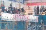 transparent na hokejovom zápase
