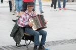 muž hrá na harmonike