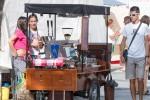 dievčatá predávajú kávu