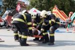 hasiči prenášajú zraneného na nosidlách